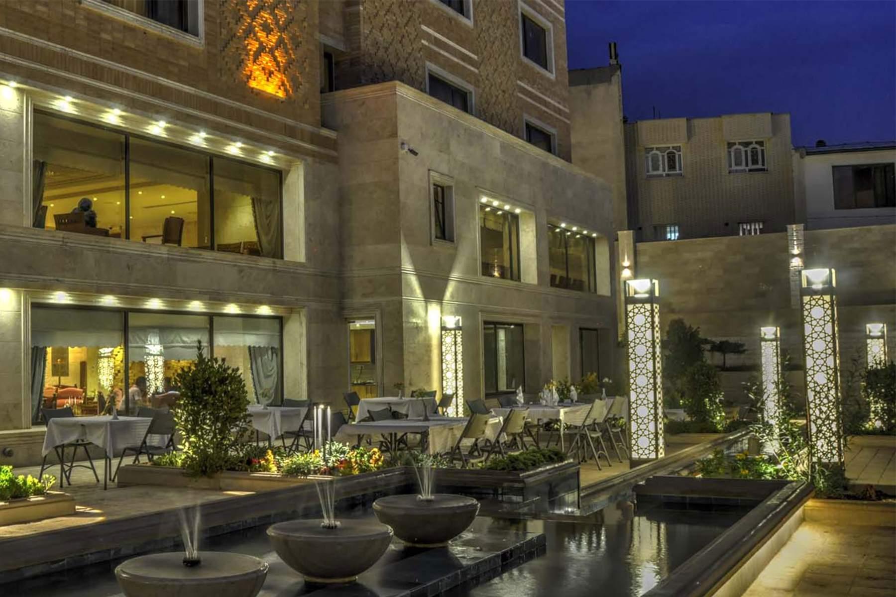 تور لوکس شیراز هتل زندیه با قطار و هواپیما
